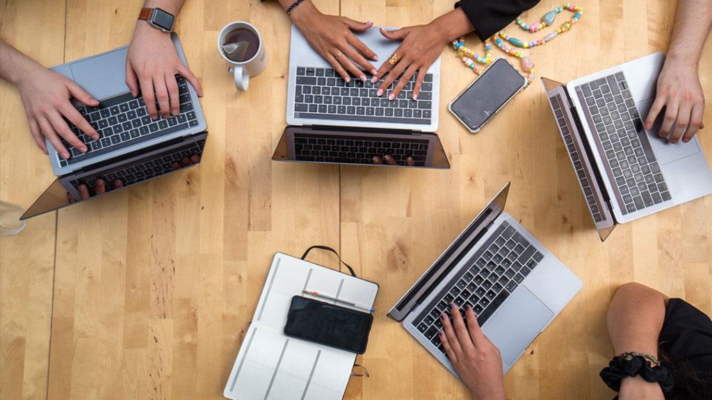 arztpraxis-artikel-laptops-tisch-webdesign-fuer-aerzte
