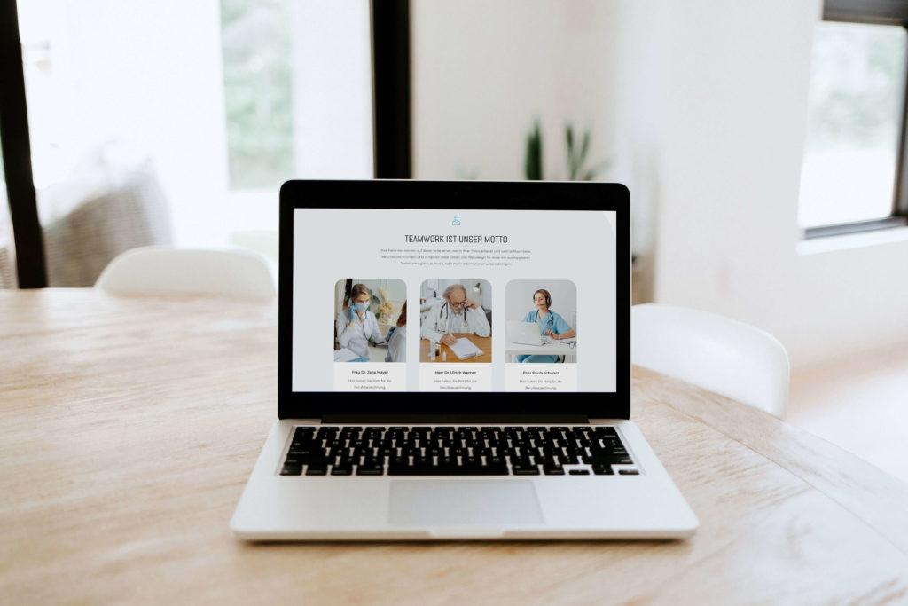arztpraxis-artikel-mockup-laptop-webdesign-fuer-aerzte